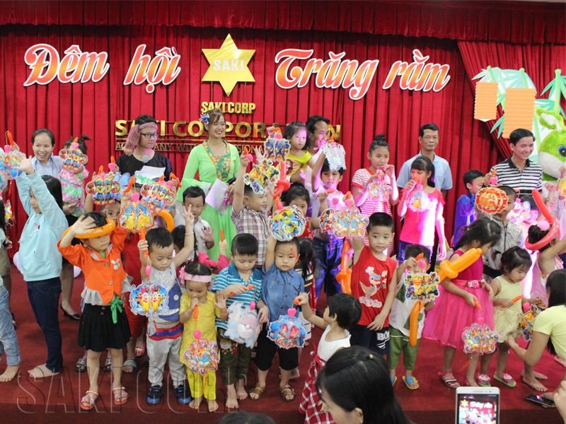 Trung thu là tết của đoàn viên, của tình thân gia đình, là truyền thống của người Việt Nam bao đời nay. Trong không khí hân hoan của mùa Trung thu đang đến rất gần, SAKI xin gửi lời chúc Tết Trung Thu đến tất cả các thành viên đại gia đình SAKI. Chúc mọi người có một mùa trung thu ấm áp và đầy ý nghĩa bên gia đình.